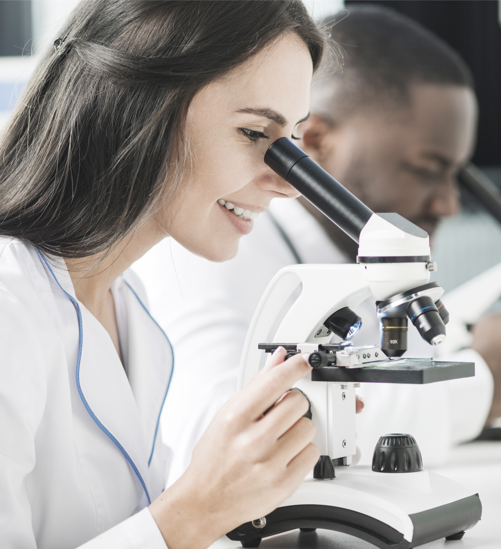 cientifica en el lab